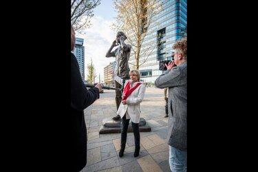 Metershoog FNV-standbeeld voor de cruciale beroepen naar Deventer
